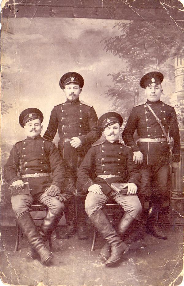 Слева второй стоит участник гражданской войны Безродных Илья Григорьевич. Фото из семейного архива Татьяны Васильевны Решетниковой.