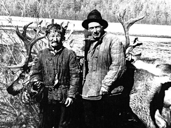 Слева направо: Улукиткан и Г.А. Федосеев