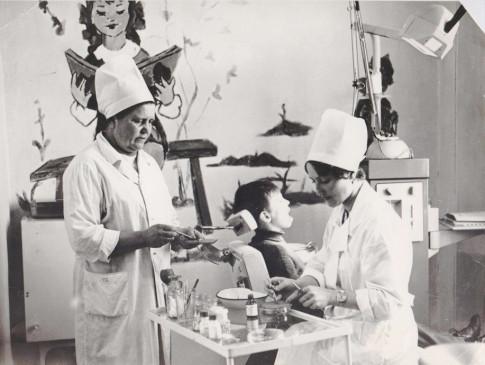 Детский кабинет в поликлинике по ул. Набережной. Слева направо Т. Полещук - мед.сестра и Г.Ф.Попова - врач-стоматолог. Фото 1980 г.