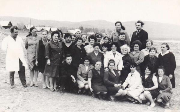 Коллектив медработников около здания поликлиники по ул. Набережной Фото 1972 г.