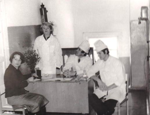 Собрание в стоматологической поликлинике. Слева направо: Г.Ф.Попова - стоматолог, Н.И.Мирзаева - стоматолог из г. Ленинграда, В.Г.Меняйло - главврач, Туров - стоматолог. Фото 1979 г.