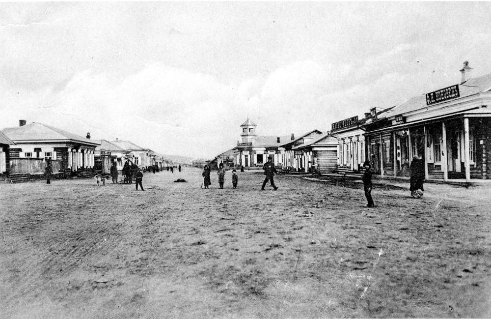 ул. Чурина. На первом плане справа торговые ряды базарной площади