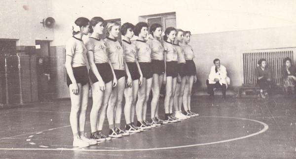 Победительницы областного соревнования по баскетболу на первенство области. Капитан команды Коджесян Галина.