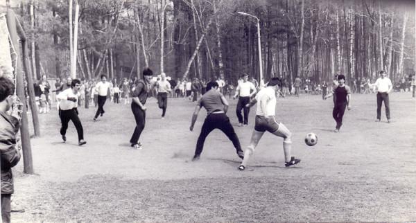 Соревнования по футболу. Городской парк, 1980 г.