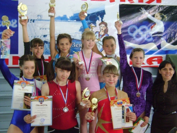 Победительницы соревнования по гимнастике.