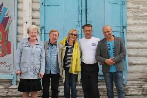 Слева направо: Галина Ежова, Юрий Чернов, Наталья Харахорина, водитель Александр Ахрамович и Евгений Аксёнов.